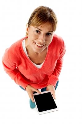 kobieta z tabletem wnioskująca o darmową pożyczką