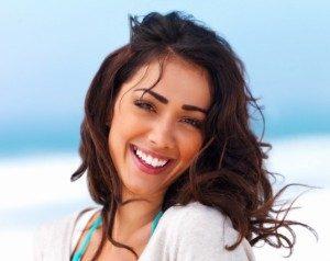 Pożyczka online. Uśmiechnięta kobieta.
